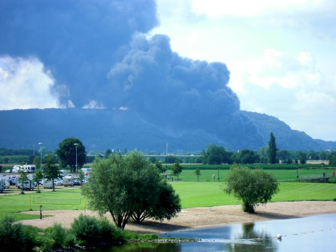 Schwarzer Rauch über Porta Westfalica